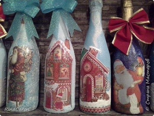 """""""Праздник к нам приходит, праздник к нам приходит""""-судорожно напевают декупажницы всей страны, пытаясь доделать новогодние игрушки, елочки, шары и шампанское. Честно сказать, сначало я хотела этот год отфилонить в плане шампанского, мне бы хватило своего ремонта на 1 этаже, который никак не доделывается. Но вдохновившись работами мастеров Страны, села на новогоднего оленя и поскакала за бутылечками. В итоге я так размахнулась, что обнаружила, что бутылки заканчиваются, а идеи нет. Пришлось гнать оленя снова. И список друзей, кумовьев и родни, кого нужно поздравить, продолжал расти. фото 4"""