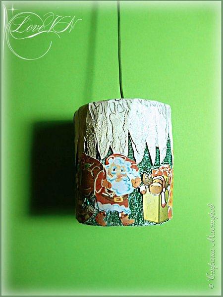 Добрый вечер!!!! Сегодня я вам покажу, как можно вместе с детьми быстро сотворить простую ёлочку (игрушки для неё вы сами придумаете по своему усмотрению и по желанию детишек). Игрушки подвешиваются на ниточки, продетые в отверстия бумажных кружев на веточках, а макушка одевается вверху на проволоку.  Эта ёлочка чем хороша, что её после Нового года можно просто разобрать и убрать до следующего праздника. фото 10