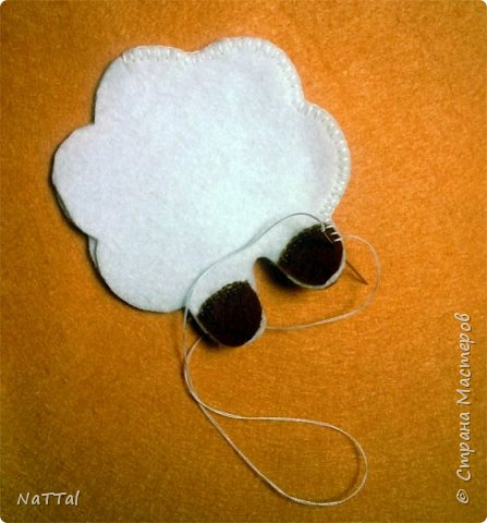 Уважаемые мастера и мастерицы совсем скоро к нам придет замечательный праздник НОВЫЙ ГОД, на синей деревянной «Овце» (Козе). Поэтому я вам предлагаю заранее приготовиться к встрече Нового года и овечку «Долли». Эту овечку я увидела у мастерицы Светланы Канаевой в её блоге http://iskusnitsa-tm.ru/blog/43060279973/Ovechka-iz-drapa?utm_campaign=transit&utm_source=main&utm_medium=page_0&domain=mirtesen.ru&paid=1&pad=1&tmd=1. Решила такую овечку сшить и по пути плучился вот этот небольшой МК.  И так для работы нам понадобиться: Фетр (белый, бежевый, коричневый); Нитки, швейная иголка; Синтепон; Атласная тесьма; Ножницы.  фото 7
