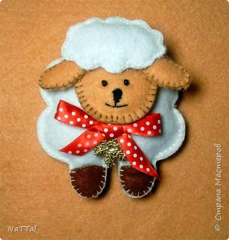 Уважаемые мастера и мастерицы совсем скоро к нам придет замечательный праздник НОВЫЙ ГОД, на синей деревянной «Овце» (Козе). Поэтому я вам предлагаю заранее приготовиться к встрече Нового года и овечку «Долли». Эту овечку я увидела у мастерицы Светланы Канаевой в её блоге http://iskusnitsa-tm.ru/blog/43060279973/Ovechka-iz-drapa?utm_campaign=transit&utm_source=main&utm_medium=page_0&domain=mirtesen.ru&paid=1&pad=1&tmd=1. Решила такую овечку сшить и по пути плучился вот этот небольшой МК.  И так для работы нам понадобиться: Фетр (белый, бежевый, коричневый); Нитки, швейная иголка; Синтепон; Атласная тесьма; Ножницы.  фото 10