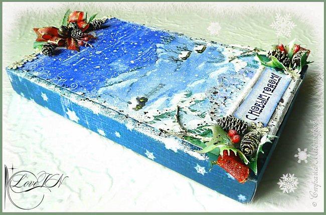 Здравствуйте, жители Страны Мастеров! Сегодня хочется с вами поделиться идеями, как упаковать и украсить новогодние подарочки.  В первом варианте я упаковывала коробку конфет. Обернула коробочку бумагой, сверху наклеила рисунок:  фото 2