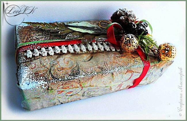 Здравствуйте, жители Страны Мастеров! Сегодня хочется с вами поделиться идеями, как упаковать и украсить новогодние подарочки.  В первом варианте я упаковывала коробку конфет. Обернула коробочку бумагой, сверху наклеила рисунок:  фото 10
