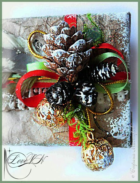 Здравствуйте, жители Страны Мастеров! Сегодня хочется с вами поделиться идеями, как упаковать и украсить новогодние подарочки.  В первом варианте я упаковывала коробку конфет. Обернула коробочку бумагой, сверху наклеила рисунок:  фото 11