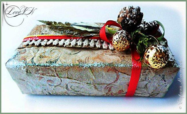 Здравствуйте, жители Страны Мастеров! Сегодня хочется с вами поделиться идеями, как упаковать и украсить новогодние подарочки.  В первом варианте я упаковывала коробку конфет. Обернула коробочку бумагой, сверху наклеила рисунок:  фото 12
