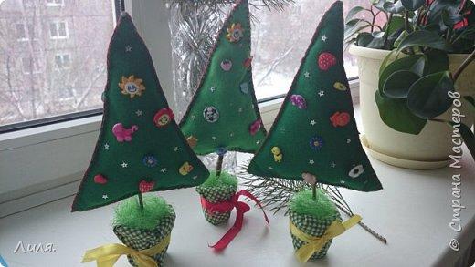 С наступающим Новым Годом, дорогие и любимые мастерицы!!! Как-то незаметно приблизился конец декабря...а Новый Год уже стучится к нам в двери. Принимайте мои пуговичные деревца. В рукодельном магазине так много было чудесных пуговок, глаза разбежались...я еле их(глазки-то) в кучу собрала и вот сшила ёлочки.