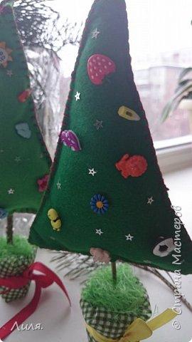 С наступающим Новым Годом, дорогие и любимые мастерицы!!! Как-то незаметно приблизился конец декабря...а Новый Год уже стучится к нам в двери. Принимайте мои пуговичные деревца. В рукодельном магазине так много было чудесных пуговок, глаза разбежались...я еле их(глазки-то) в кучу собрала и вот сшила ёлочки. фото 4