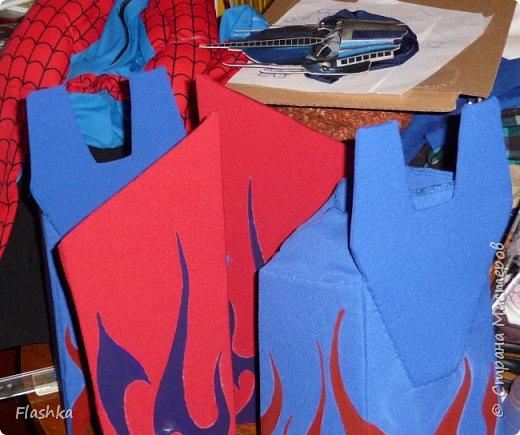Полная версия костюма. Основа - трикотажный комбинезон, прошлогодний человек-паук. Съемные манжеты на руки-ноги из картона, обтянутого тканью. Роспись гуашью. Жилет-кираса с застежкой на боку. Металл - сервировочная салфетка, мягкая, хорошо шьется. Отделка - рекламная пленка. Маска - готовая. фото 4