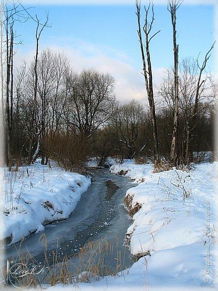Добрый вечер!!! Недавно фотографировала свои зимние впечатления в нашем любимом Измайловском парке, который находится совсем близко от моего дома - менее 10 минут пешком. Зима постаралась припорошить снежком землю, в некоторых местах даже заковала шуструю речушку в лёд.  В тот день солнышко выглядывало через серые облака и помогало делать красивые фотографии.