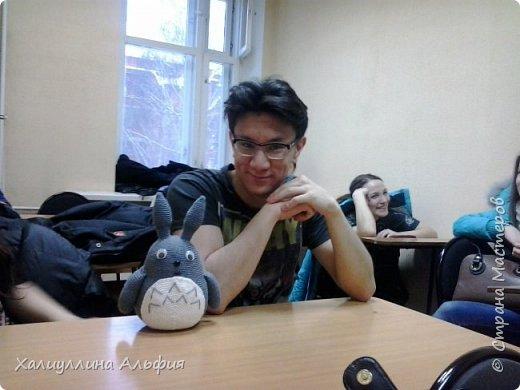 """Знакомьтесь - это Тоторо. Герой анимационного фильма знаменитого японского режиссера Хаяо Миядзаки, автора легендарных """"Унесенных призраками"""", """"Ходячего замка"""" и """"Ветер крепчает"""". Один мой друг очень любит этот мультик. Я связала ему на день рождения такого ляльку. фото 5"""