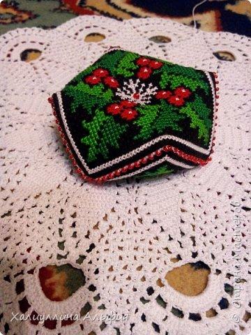 Очень новогодний узор. Венки из омелы на западе очень часто вешают на входную дверь в канун рождества. Схема предлагала вышить эту бискорню на белой канве. Но на черном она выглядит гораздо более солидной и нарядной. Сшивала с бисером (стежок через стежок). Подарила маме. Набита она синтипоном. Нетуго стянута бисеринкой размер апокрупнее фото 5