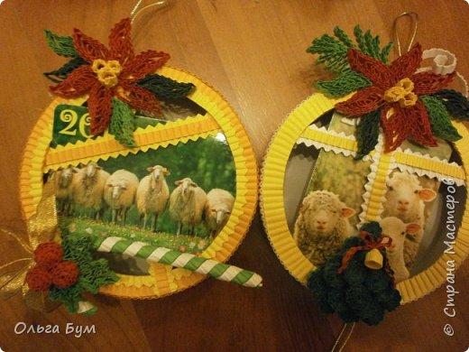 Новогодние шары-коробочки сделали из круглых упаковок от плавленного сыра. Очень люблю эти коробочки за их универсальность. Оформили под новогодние окошки. Внутрь я вставила поздравительные мини-открытки и календарики. (Вообще внутрь хорошо помещается наша овечка, мордочку в окно высунув.) фото 7