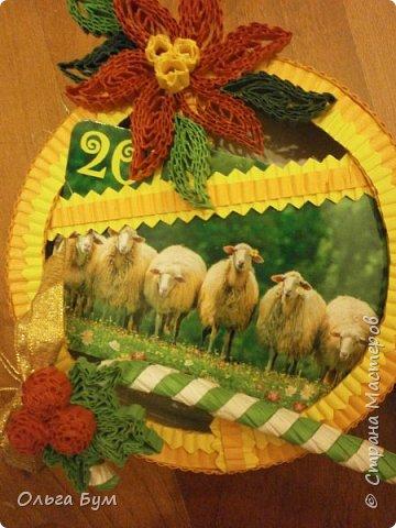 Новогодние шары-коробочки сделали из круглых упаковок от плавленного сыра. Очень люблю эти коробочки за их универсальность. Оформили под новогодние окошки. Внутрь я вставила поздравительные мини-открытки и календарики. (Вообще внутрь хорошо помещается наша овечка, мордочку в окно высунув.) фото 8