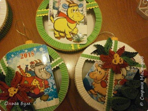 Новогодние шары-коробочки сделали из круглых упаковок от плавленного сыра. Очень люблю эти коробочки за их универсальность. Оформили под новогодние окошки. Внутрь я вставила поздравительные мини-открытки и календарики. (Вообще внутрь хорошо помещается наша овечка, мордочку в окно высунув.) фото 11
