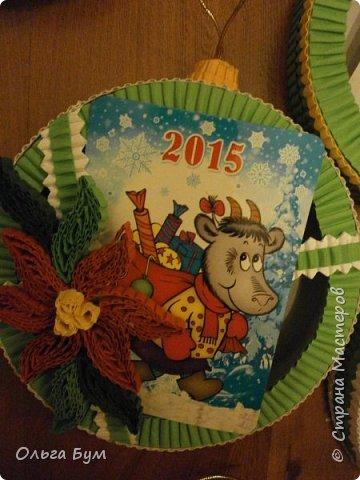 Новогодние шары-коробочки сделали из круглых упаковок от плавленного сыра. Очень люблю эти коробочки за их универсальность. Оформили под новогодние окошки. Внутрь я вставила поздравительные мини-открытки и календарики. (Вообще внутрь хорошо помещается наша овечка, мордочку в окно высунув.) фото 12
