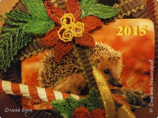 Новогодние шары-коробочки сделали из круглых упаковок от плавленного сыра. Очень люблю эти коробочки за их универсальность. Оформили под новогодние окошки. Внутрь я вставила поздравительные мини-открытки и календарики. (Вообще внутрь хорошо помещается наша овечка, мордочку в окно высунув.) фото 14