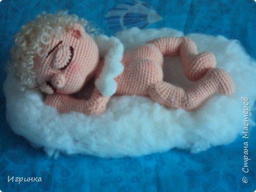 Здравствуйте, дорогие мастера и мастерицы! С Новым годом всех! И пусть этот год принесет только положительные эмоции! А в качестве подарка этот маленький спящий ангел от Crochettoys. перевод bysinka 738. фото 4