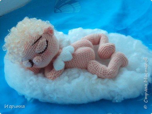 Здравствуйте, дорогие мастера и мастерицы! С Новым годом всех! И пусть этот год принесет только положительные эмоции! А в качестве подарка этот маленький спящий ангел от Crochettoys. перевод bysinka 738. фото 1