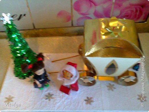 """Работа на городской конкурс """"Зимняя сказка"""". Все началось с коробочки из-под конфет. Не поднялась рука выбросить, уж очень она походила на золотую карету Золушки, но мы инсценировали другую сказку.... фото 2"""