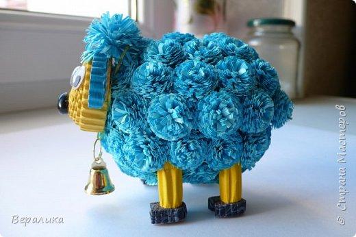 Решила и я сделать овечку по МК Олечки Бум.Но немного на свой лад в некоторых деталях.Основа туловища, как у Олечки.А вот пушистики не понравились из гофрополосок, уж грубовато как-то получалось.Взяла обычную офисную бумагу синего и голубого цвета, нарезала полоски шириной в 1см. Каждый пушистик делала из двух полосок (голубой и синей): сложила их вместе, нарезала бахрому, а потом так вместе и скрутила в тугой рол.Шерстка у овечки моей получилась очень мягенькой! фото 2