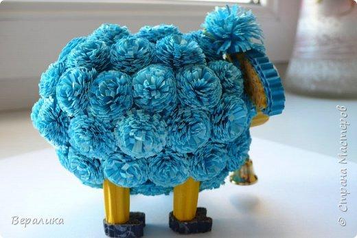 Решила и я сделать овечку по МК Олечки Бум.Но немного на свой лад в некоторых деталях.Основа туловища, как у Олечки.А вот пушистики не понравились из гофрополосок, уж грубовато как-то получалось.Взяла обычную офисную бумагу синего и голубого цвета, нарезала полоски шириной в 1см. Каждый пушистик делала из двух полосок (голубой и синей): сложила их вместе, нарезала бахрому, а потом так вместе и скрутила в тугой рол.Шерстка у овечки моей получилась очень мягенькой! фото 3