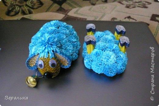Решила и я сделать овечку по МК Олечки Бум.Но немного на свой лад в некоторых деталях.Основа туловища, как у Олечки.А вот пушистики не понравились из гофрополосок, уж грубовато как-то получалось.Взяла обычную офисную бумагу синего и голубого цвета, нарезала полоски шириной в 1см. Каждый пушистик делала из двух полосок (голубой и синей): сложила их вместе, нарезала бахрому, а потом так вместе и скрутила в тугой рол.Шерстка у овечки моей получилась очень мягенькой! фото 6