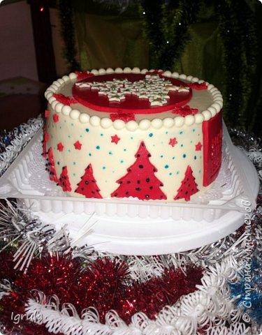 """Всем доброго времени суток. Хочу поделиться с вами своими декабрьскими тортиками. Это, так сказать, вторая половина декабря, точнее последние три дня)))  Итак тортик """"Хом- кредит"""", вес 2,8 кг. Выполнен в корпоративных цветах. Внутри шоколадные бисквиты, сливочный крем """"крем-брюле"""", прослойка из апельсинового джема с цедрой и кусочками апельсина, коньячная пропитка. фото 1"""