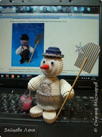 Вот такой снеговичок несколько минут назад появился на свет.И не просто Снеговик,а дворник,который собирает волшебные снежинки.Приглашаю всех познакомится с этим милым созданием. фото 1