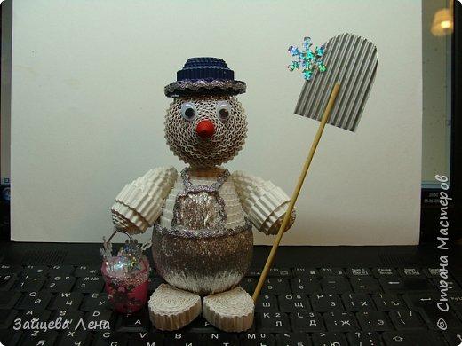 Вот такой снеговичок несколько минут назад появился на свет.И не просто Снеговик,а дворник,который собирает волшебные снежинки.Приглашаю всех познакомится с этим милым созданием. фото 2