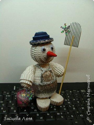 Вот такой снеговичок несколько минут назад появился на свет.И не просто Снеговик,а дворник,который собирает волшебные снежинки.Приглашаю всех познакомится с этим милым созданием. фото 3