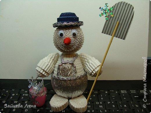Вот такой снеговичок несколько минут назад появился на свет.И не просто Снеговик,а дворник,который собирает волшебные снежинки.Приглашаю всех познакомится с этим милым созданием. фото 9