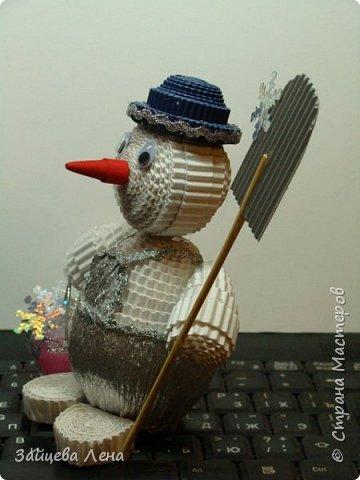 Вот такой снеговичок несколько минут назад появился на свет.И не просто Снеговик,а дворник,который собирает волшебные снежинки.Приглашаю всех познакомится с этим милым созданием. фото 8