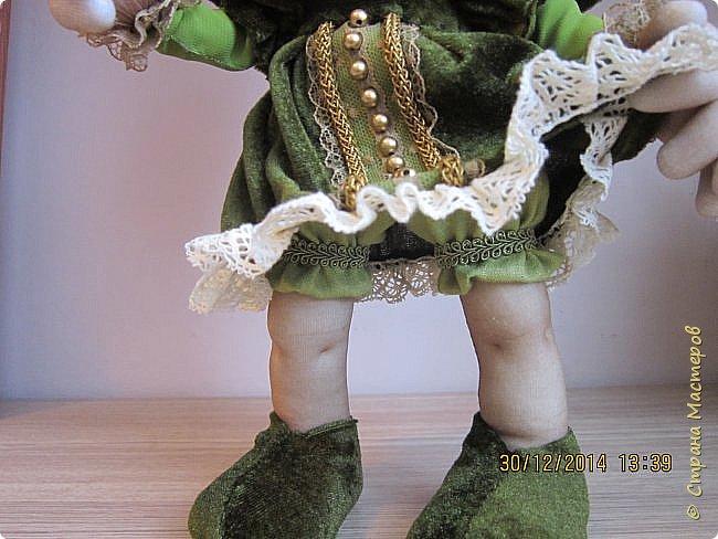 Девочка гном сделана в подарок. Но времени было мало, предновогодняя суета,поэтому обувь симпатичную сделать не успела- пришлось по быстрому смастерить типа носки ботинки. фото 3