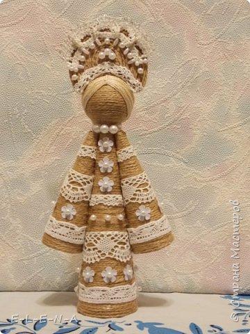 """На сайте вологодского кружевного объединения """"Снежинка"""" представлены куклы Берегини """"Желанницы"""". По преданиям такая куколка может исполнять желания. Для этого нужно всего лишь """"подарить"""" ей бусинку или пуговичку. Как украшение. Делается куколка очень легко. Большой конус это туловище, два конуса поменьше это рукава платья. Склеиваем конусы из плотной бумаги. Я сделала из остатков плотных обоев в 2 слоя. Обклеиваем конусы шпагатом. Я использовала джутовый шпагат. Он менее лохматый. Наклеиваем на конусы кружева. Места стыков кружев прячем при склеивании конусов между собой. Промежутки между кружев украшаем бусинками, пайетками. Можно по краю конусов приклеить тонкий красивый шнур. У меня такого нет. Подарим куколке жемчужные бусы. Кокошник обклеен шпагатом тоже. Украшаем его кружевом и бусинами."""