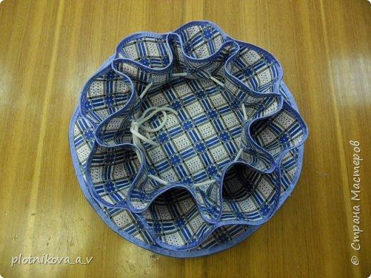 Это ваза – салфетка. Она предназначается для Пасхи. В центр можно положить Пасху, а в карманы пасхальные яйца. Так же может служить как ваза для конфет и фруктов, как салфетка и как подставка под горячее.   фото 17