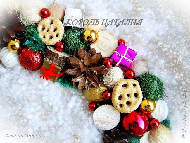 Добрый вечер! В продолжении новогодней тематики сегодня у меня два декоративных веночка на дверь, елочка-топиарий и совместное с сыном творчество. Веночек №1, диаметр 35 см, общий вид... фото 19