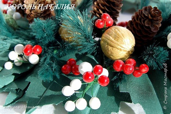 Добрый вечер! В продолжении новогодней тематики сегодня у меня два декоративных веночка на дверь, елочка-топиарий и совместное с сыном творчество. Веночек №1, диаметр 35 см, общий вид... фото 15