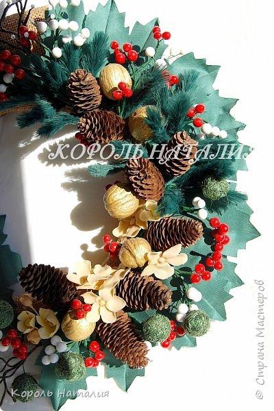 Добрый вечер! В продолжении новогодней тематики сегодня у меня два декоративных веночка на дверь, елочка-топиарий и совместное с сыном творчество. Веночек №1, диаметр 35 см, общий вид... фото 16