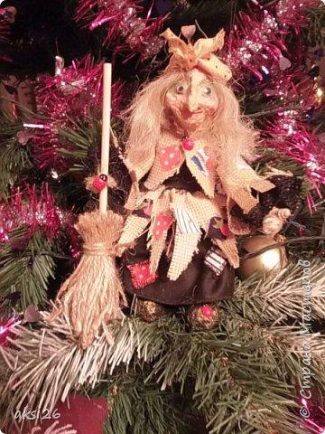 Ну вот моя очередная кукла-миниатюрка. Рост куклы всего 18 см. Кукла родилась в связи с проведенным Новогодним корпоративом, возникла мечта сделать всех персонажей. Это первый из них. Костюм был почти такой же.