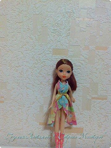 Привет всем  У моих кукол появились обновки , и я спешу с вами поделится : ) 1 это платье для Кати , впереди оно укорочено ,  а сзади по длинней  , завязанно поясочком .  фото 1