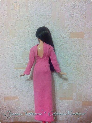 Привет всем  У моих кукол появились обновки , и я спешу с вами поделится : ) 1 это платье для Кати , впереди оно укорочено ,  а сзади по длинней  , завязанно поясочком .  фото 4