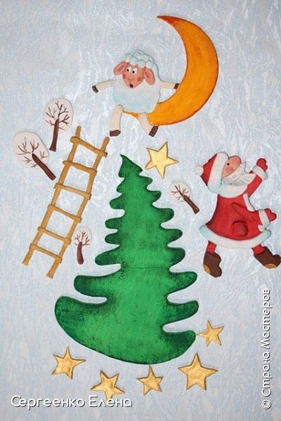 Сияют в небе звёзды, ярко светит месяц. На улице небольшого городка Дед Мороз украшает ёлку. Последняя игрушка - звезда с неба на макушку! Как тяжело её достать  и повесить на самую верхнюю ветку!!! Но помощь не заставляет себя ждать: овечка, символ наступившего нового года, спешит помочь Деду Морозу украсить замечательную ёлку!  Вот такую картину сделала на конкурс в детский сад и не только туда. Фигурки из солёного теста. фото 5