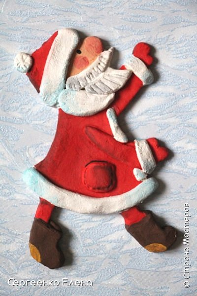 Сияют в небе звёзды, ярко светит месяц. На улице небольшого городка Дед Мороз украшает ёлку. Последняя игрушка - звезда с неба на макушку! Как тяжело её достать  и повесить на самую верхнюю ветку!!! Но помощь не заставляет себя ждать: овечка, символ наступившего нового года, спешит помочь Деду Морозу украсить замечательную ёлку!  Вот такую картину сделала на конкурс в детский сад и не только туда. Фигурки из солёного теста. фото 6