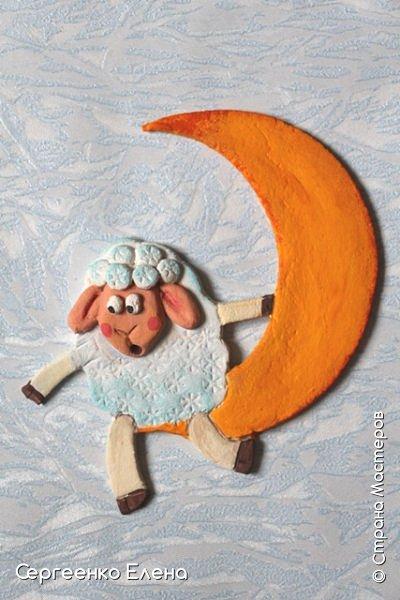 Сияют в небе звёзды, ярко светит месяц. На улице небольшого городка Дед Мороз украшает ёлку. Последняя игрушка - звезда с неба на макушку! Как тяжело её достать  и повесить на самую верхнюю ветку!!! Но помощь не заставляет себя ждать: овечка, символ наступившего нового года, спешит помочь Деду Морозу украсить замечательную ёлку!  Вот такую картину сделала на конкурс в детский сад и не только туда. Фигурки из солёного теста. фото 7