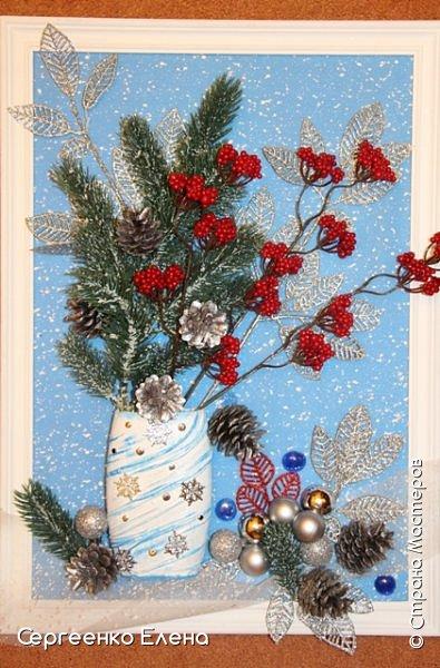 Сияют в небе звёзды, ярко светит месяц. На улице небольшого городка Дед Мороз украшает ёлку. Последняя игрушка - звезда с неба на макушку! Как тяжело её достать  и повесить на самую верхнюю ветку!!! Но помощь не заставляет себя ждать: овечка, символ наступившего нового года, спешит помочь Деду Морозу украсить замечательную ёлку!  Вот такую картину сделала на конкурс в детский сад и не только туда. Фигурки из солёного теста. фото 11