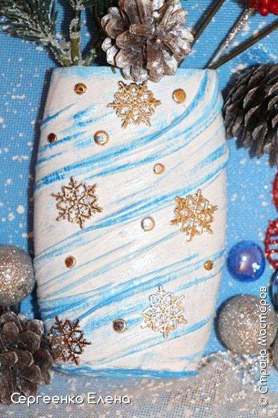 Сияют в небе звёзды, ярко светит месяц. На улице небольшого городка Дед Мороз украшает ёлку. Последняя игрушка - звезда с неба на макушку! Как тяжело её достать  и повесить на самую верхнюю ветку!!! Но помощь не заставляет себя ждать: овечка, символ наступившего нового года, спешит помочь Деду Морозу украсить замечательную ёлку!  Вот такую картину сделала на конкурс в детский сад и не только туда. Фигурки из солёного теста. фото 14