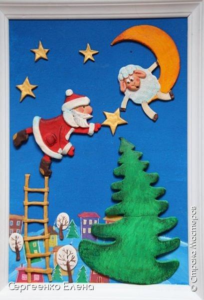 Сияют в небе звёзды, ярко светит месяц. На улице небольшого городка Дед Мороз украшает ёлку. Последняя игрушка - звезда с неба на макушку! Как тяжело её достать  и повесить на самую верхнюю ветку!!! Но помощь не заставляет себя ждать: овечка, символ наступившего нового года, спешит помочь Деду Морозу украсить замечательную ёлку!  Вот такую картину сделала на конкурс в детский сад и не только туда. Фигурки из солёного теста. фото 9