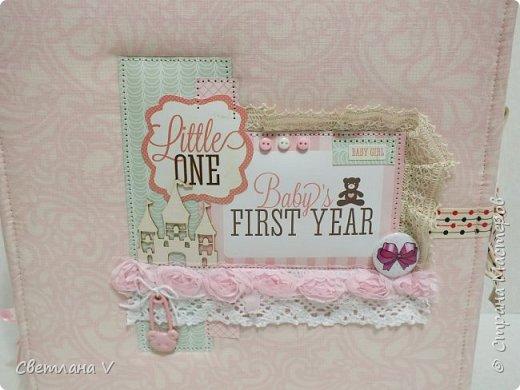Альбом для маленькой принцессы размером 25*25, обложка обтянута хлопком, украшена кружевом, чипбордом в виде замка, топсом с бантом и пуговкой. Завязывается на ленту: фото 2