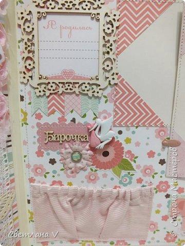 Альбом для маленькой принцессы размером 25*25, обложка обтянута хлопком, украшена кружевом, чипбордом в виде замка, топсом с бантом и пуговкой. Завязывается на ленту: фото 9