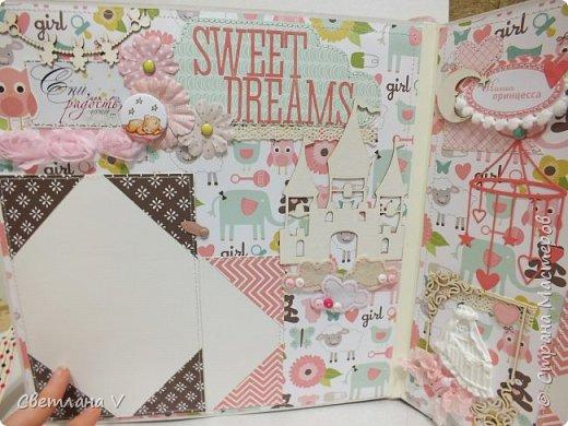 Альбом для маленькой принцессы размером 25*25, обложка обтянута хлопком, украшена кружевом, чипбордом в виде замка, топсом с бантом и пуговкой. Завязывается на ленту: фото 15