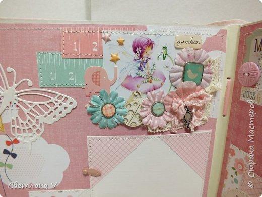 Альбом для маленькой принцессы размером 25*25, обложка обтянута хлопком, украшена кружевом, чипбордом в виде замка, топсом с бантом и пуговкой. Завязывается на ленту: фото 21